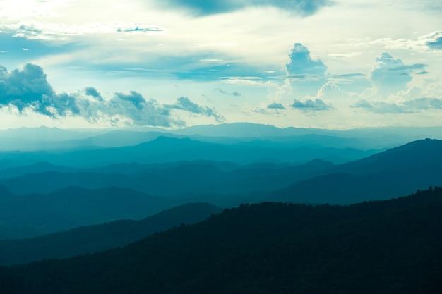 Błękitne colorof gór warstwy w zmierzchu niebie, chiang mai, tajlandia