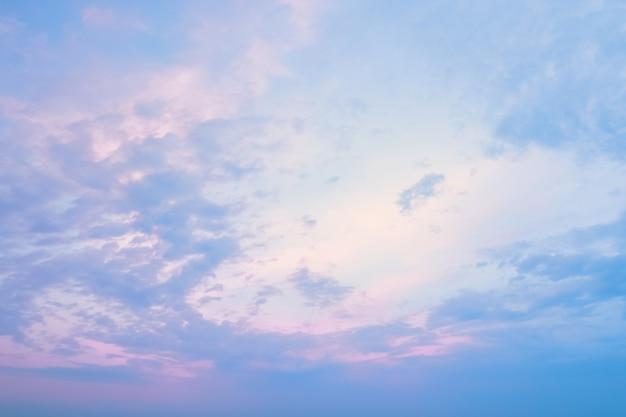 Błękitne, czyste niebo z purpurowymi blaskami zachodzącego słońca o zachodzie słońca faktura różowego nieba przez minutę...