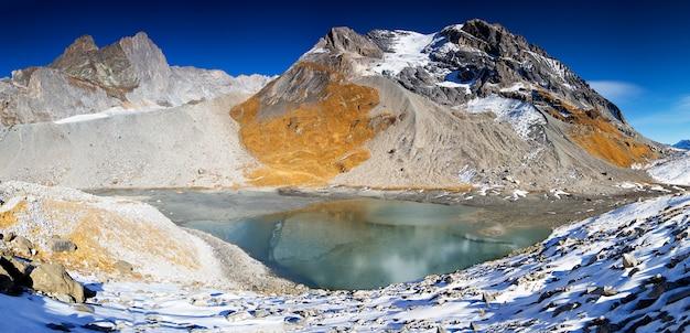 Błękitne jezioro w wysokich górach w alpach