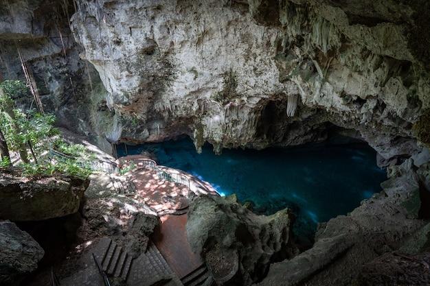 Błękitne jezioro z krystalicznie czystą wodą los tres ojos w wapiennej jaskini w santo domingo na dominikanie