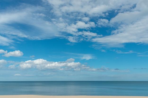 Błękitne morze i błękitne niebo w słoneczny dzień tabeli