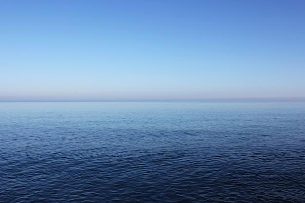 Błękitne morze i horyzont, tekstura wody i nieba, mapa kolorów niebieski