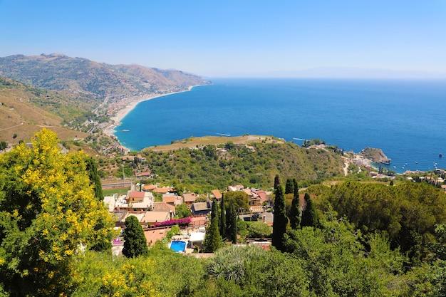 Błękitne morze śródziemne i zielone góry, taormina, wyspa sycylia, włochy
