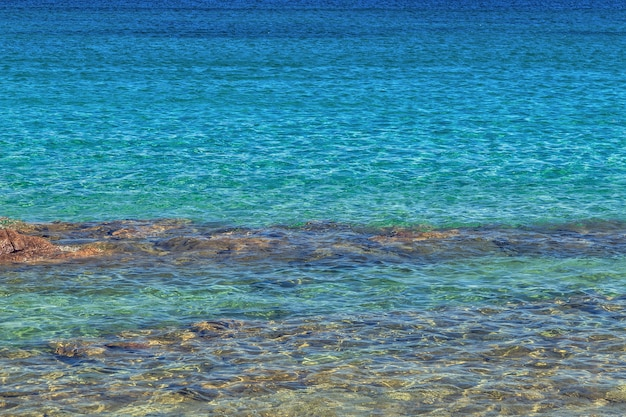 Błękitne morze z falami.