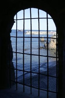 Błękitne morze za więzieniem, łukowe okno