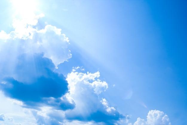 Błękitne niebo białe chmury na tle pogody letniej przyrody