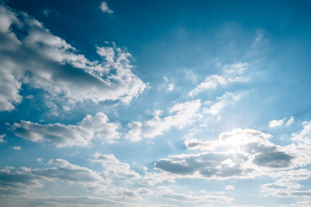 Błękitne niebo chmur gradient światła słonecznego od ciemnego do jasnego