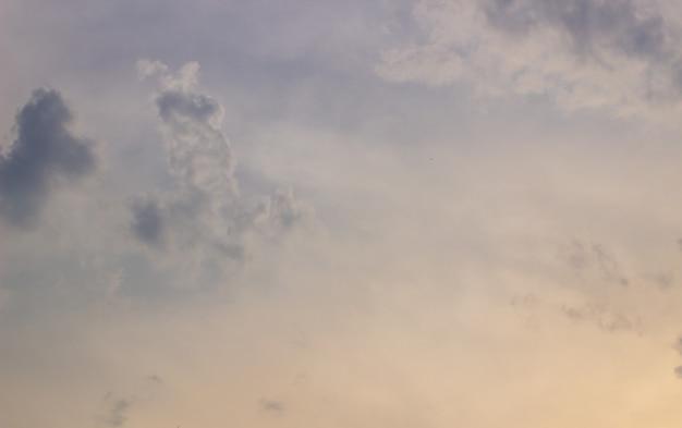 Błękitne niebo, chmury i światło słoneczne w tle