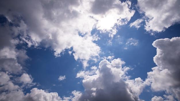 Błękitne niebo i biała chmura, dzień dobrej pogody.