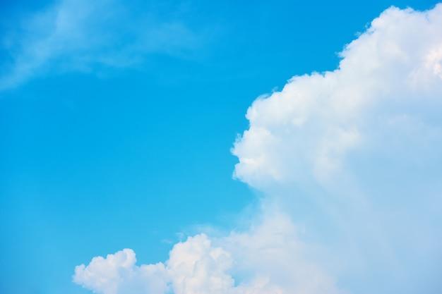 Błękitne niebo i biała chmura sterty - tło z miejscem na własny tekst. kompozycja copyspace