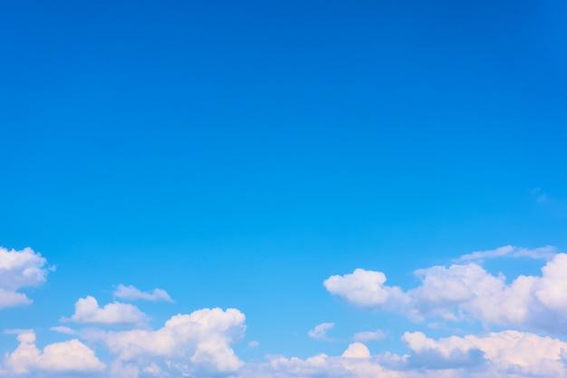 Błękitne niebo i białe chmury sterty - tło z dużą przestrzenią na tekst