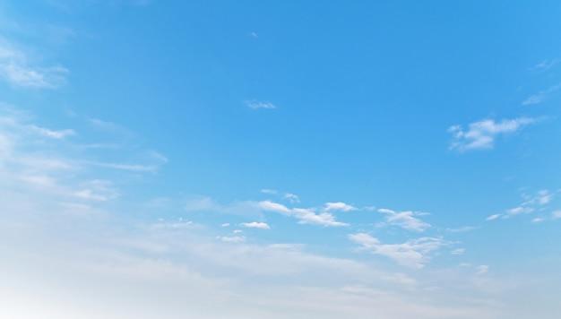 Błękitne niebo i białe chmury