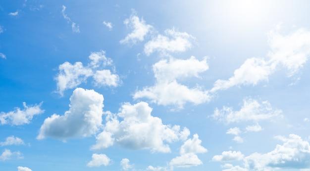 Błękitne niebo i biel