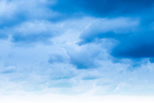 Błękitne niebo i chmury. naturalne tło nieba