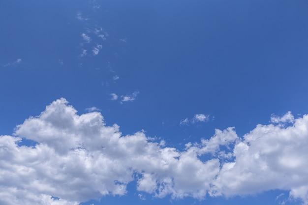 Błękitne niebo i chmury w tle