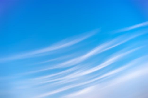 Błękitne niebo i chmury w tle.