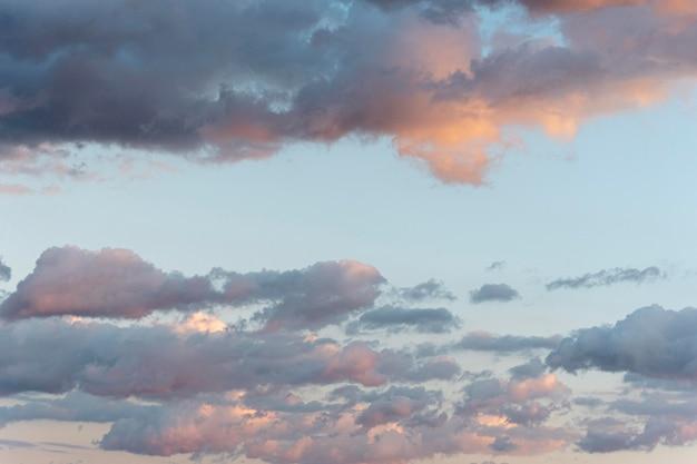 Błękitne niebo i chmury z promieniami słońca