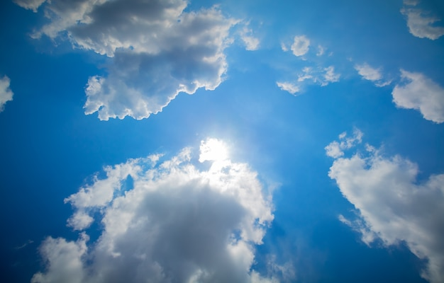 Błękitne niebo i chmury