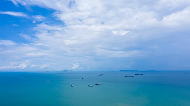 Błękitne niebo i morze z importem i eksportem logistyki wysyłkowej