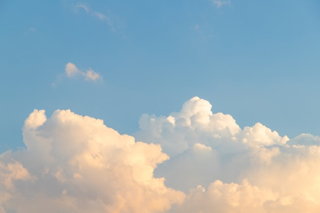 Błękitne niebo i piękna puszysta chmura. najlepsze letnie niebo zdjęcie tła.