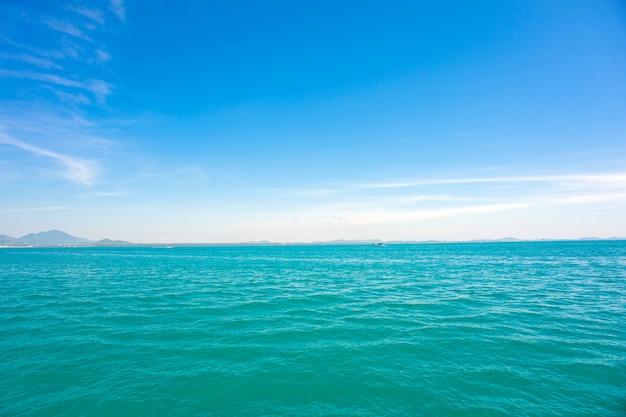 Błękitne niebo i rozległe zielone morze