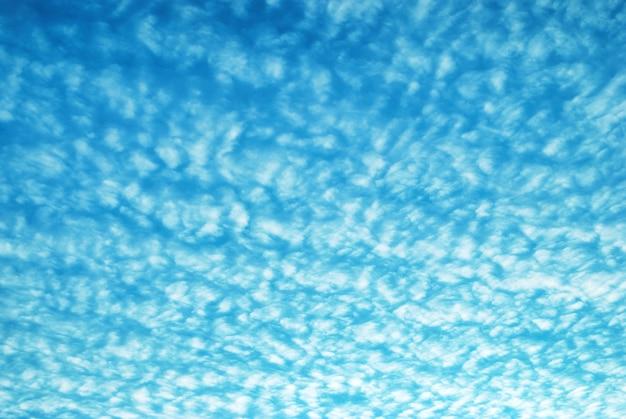 Błękitne niebo i tekstura białych chmur.