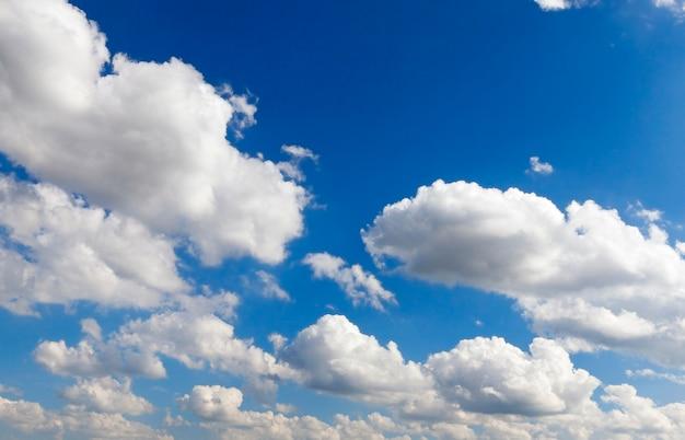 Błękitne niebo, na którym unoszą się białe chmury cumulusów.