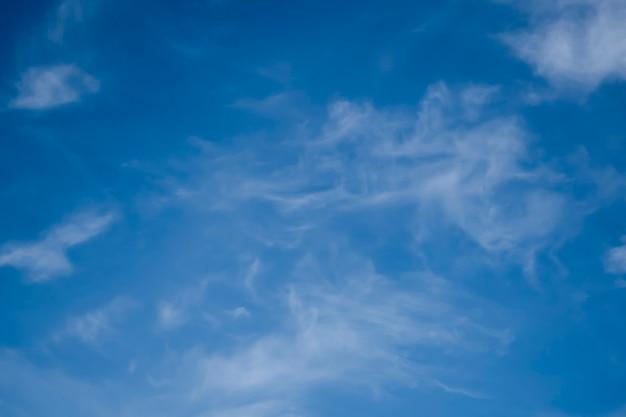 Błękitne niebo. naturalne tło