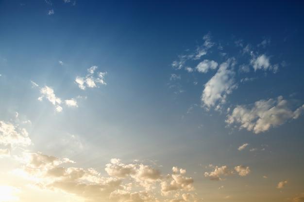 Błękitne niebo o zachodzie słońca
