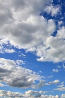 Błękitne niebo pochmurne z wieloma małymi chmurami blokującymi słońce