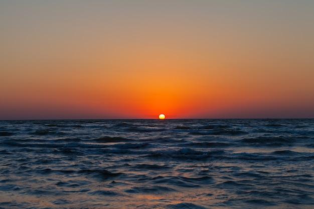Błękitne niebo, słońce i morze