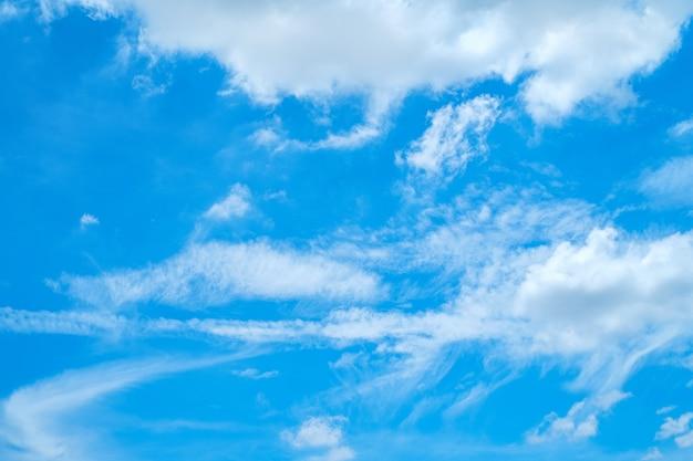Błękitne niebo, wiejący wiatr