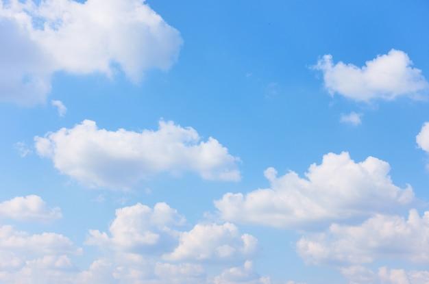 Błękitne niebo z białymi chmurami cumulus, może być używane jako tło