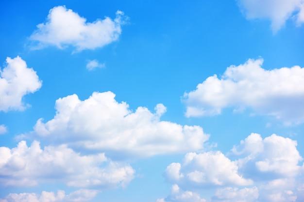 Błękitne niebo z białymi chmurami cumulus - naturalne tło z miejscem na własny tekst