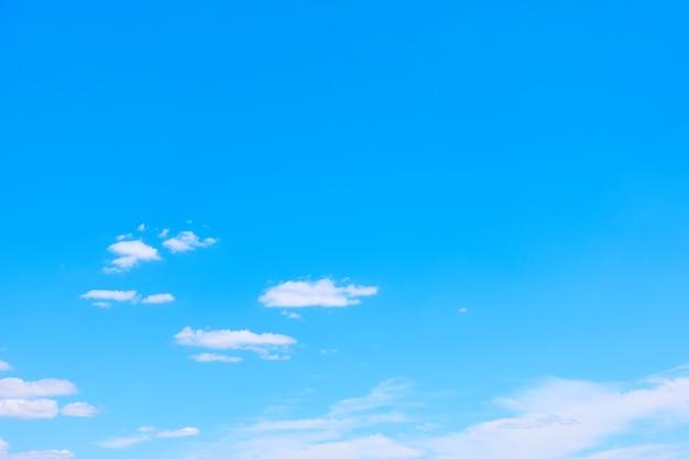 Błękitne niebo z białymi chmurami - idealne tło z dużą przestrzenią na własny tekst