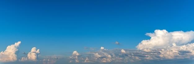Błękitne niebo z białymi chmurami na naturalnym tle