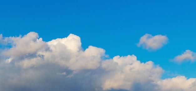 Błękitne niebo z białymi chmurami przy słonecznej pogodzie