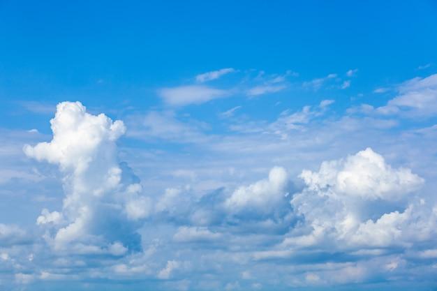Błękitne niebo z białymi chmurami, tekstura natury