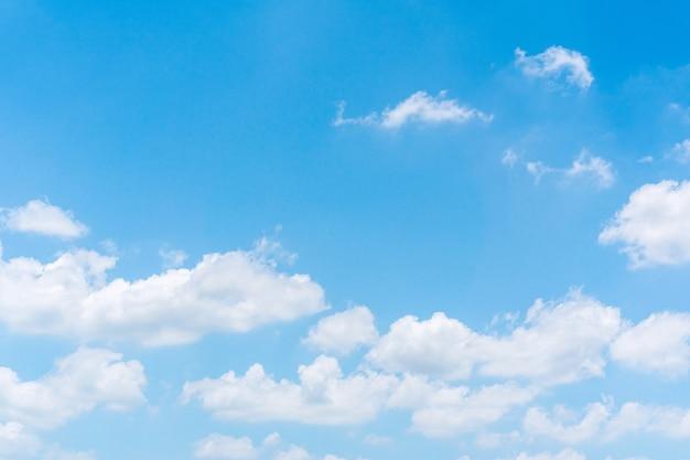 Błękitne niebo z białymi chmurami, tło krajobraz natura niebo