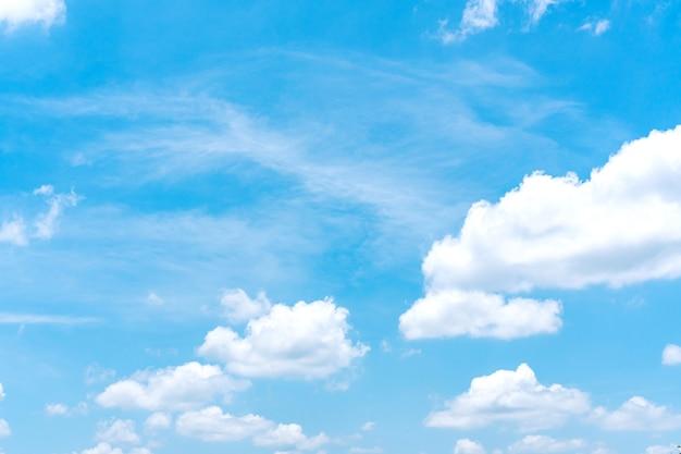 Błękitne niebo z białymi chmurami, tło krajobraz przyrody