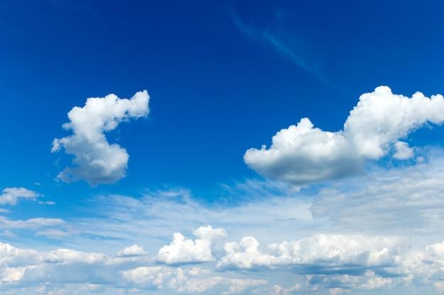 Błękitne niebo z białymi chmurami. tło nieba