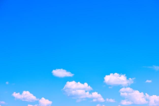 Błękitne niebo z białymi chmurami - tło z dużą przestrzenią na własny tekst