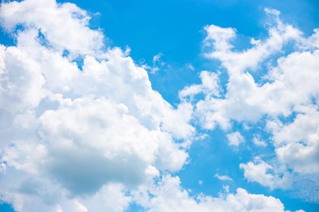 Błękitne niebo z białymi chmurami w słoneczny dzień. piękne jasne tło.