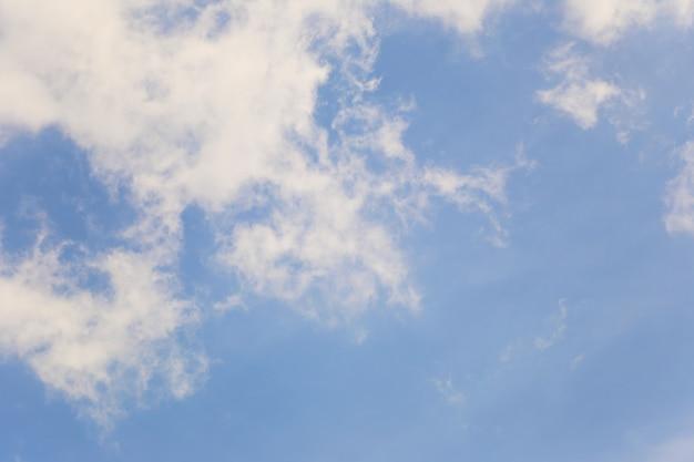 Błękitne niebo z białymi chmurami w tle dziennym do projektowania w tobie koncepcji pracy.