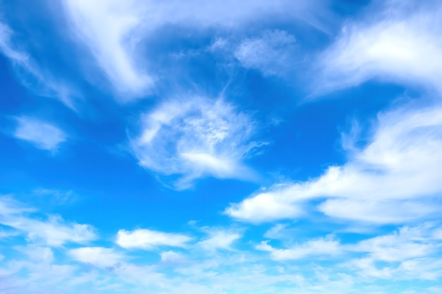Błękitne niebo z białymi chmurami w tle przyrody
