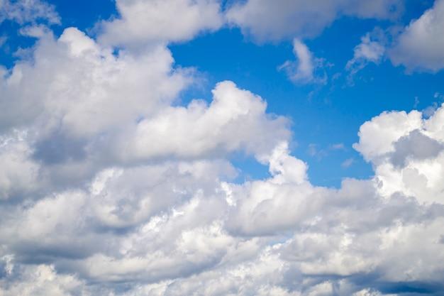 Błękitne niebo z białymi chmurami.