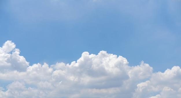 Błękitne niebo z białymi chmurami