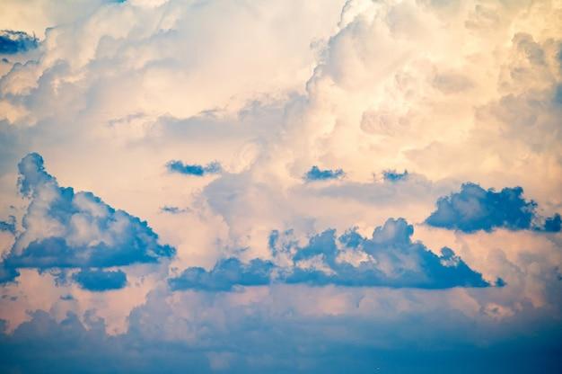 Błękitne niebo z błękitnymi chmurami na naturalne tło
