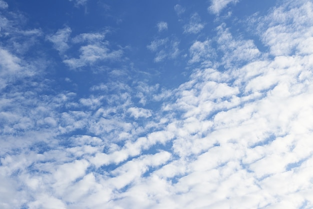 Błękitne niebo z chmurą puszystą na tle