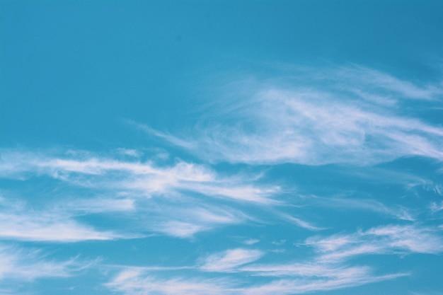 Błękitne niebo z chmurą w tajlandii
